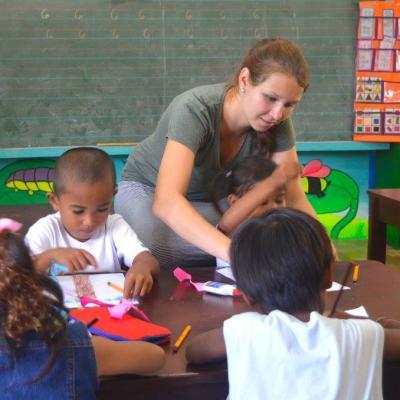 Une volontaire Projects Abroad dirige un atelier d'arts plastiques avec des enfants aux Philippines